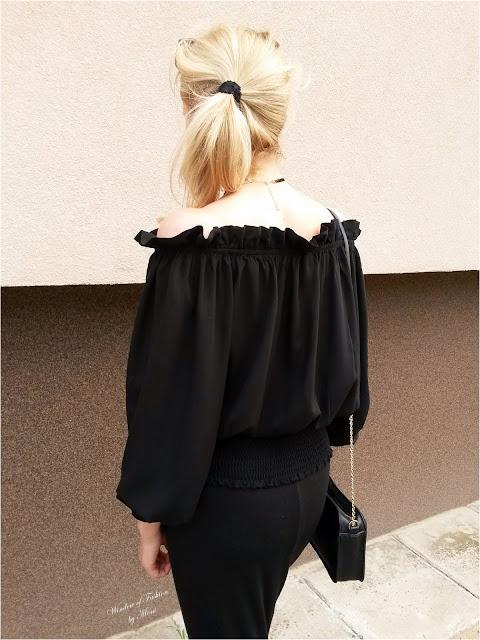 Czarna bluzka z odkrytymi ramionami Kate Kasin, czarna torebka na złotym łańcuszki House