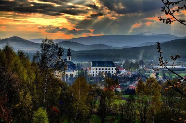 Widok na Krzeszów z góry Św. Anny / fot. Artur Zając
