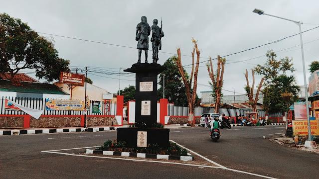 Monumen Perjuangan di dekat Stasiun Blitar