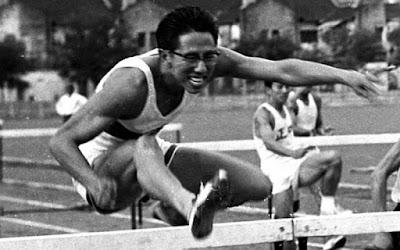 Sejarah SEA Games     SEA Games pada awalnya memiliki hubungan yang erat dengan Pesta Olahraga Negara-Negara Semenanjung Asia Tenggara (Southeast Asian Peninsular Games) atau yang disingkat dengan SEAP Games. SEAP Games dicetuskan oleh Laung Sukhumnaipradit, yang pada saat itu merupakan Wakil Presiden Komite Olimpiade Thailand. Yang bertujuan untuk mengeratkan kerjasama, pemahaman dan hubungan antar negara-negara yang ada di kawasan semenanjung Asia Tenggara. Thailand, Burma (sekarang Myanmar), Malaysia, Laos, Vietnam, dan Kamboja (bersama Singapura yang dimasukkan selanjutnya) ialah negara-negara pelopornya. Mereka sepakat untuk mengadakan ajang olahraga ini dalam kurun waktu dua tahun sekali, yang kemudian dibentuklah Komite Federasi SEAP Games.   SEAP Games untuk pertama kalinya diadakan di Bangkok, Thailand, pada tanggal 12 hingga 17 Desember 1959, yang para pesertanya diikuti oleh lebih dari 527 atlet dan panitia yang berasal dari Thailand, Burma, Malaysia, Singapura, Vietnam, dan Laos yang berlaga dalam 12 cabang olahraga. Lalu, pada SEAP Games VIII yang diadakan di Thailand pada tahun 1975, akhirnya Federasi SEAP mempertimbangkan untuk masuknya dua negara Asia Tenggara lainnya, yaitu Indonesia dan Filipina. Kedua negara ini secara resmi bergabung pada tahun 1977, pada ajang SEA Games IX di Malaysia. Dan pada tahun yang sama, Federasi