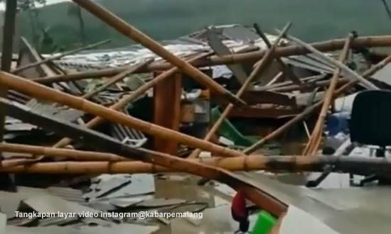 Angin Puting Beliung Rusak Sejumlah Kandang Ayam di Kecamatan Bodeh