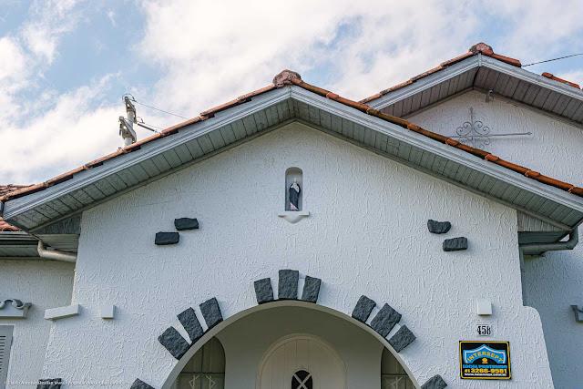Uma casa na Albano Reis - detalhe de capelinha com Nossa Senhora