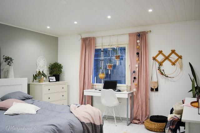 boho sisustus makuuhuone koti roosa harmaa rottinki valkoinen kukka terrakotta