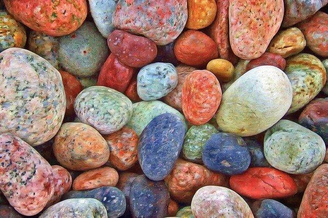 カラフルな石、 筋肉の中にも石を感じさせる非常に硬いコリがあります