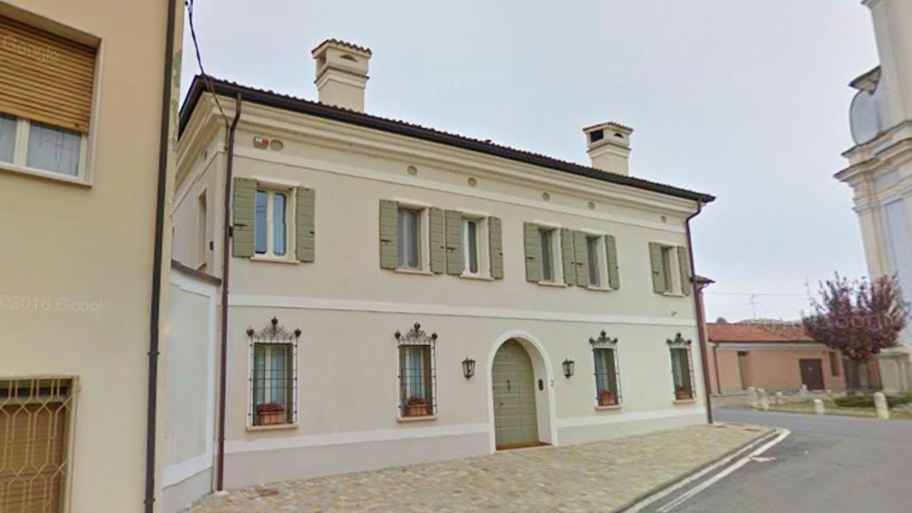 Oh fachadas bonita casa de 2 pisos en viadana italia for Fachadas de casas modernas en italia