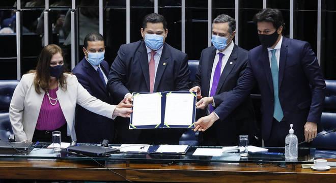 Congresso promulga PEC que adia eleições municipais para novembro