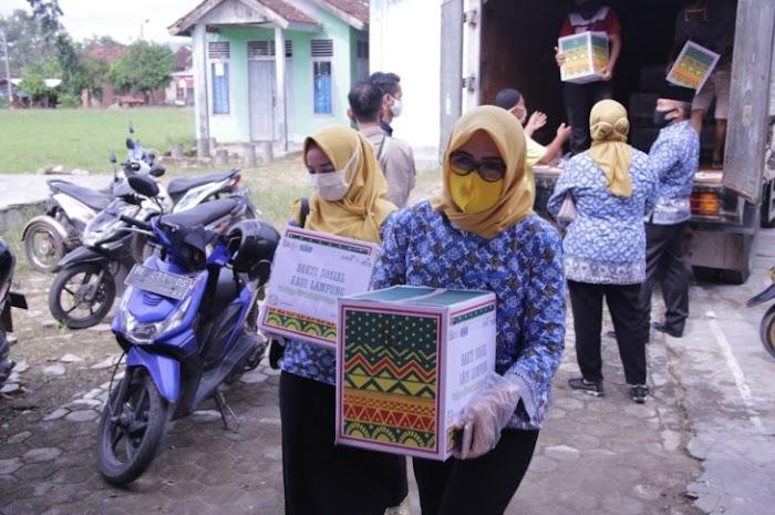 Tangani Covid-19, Riana Sari Arinal Salurkan 60 Boks Paket Sembako untuk Penyandang Disabilitas