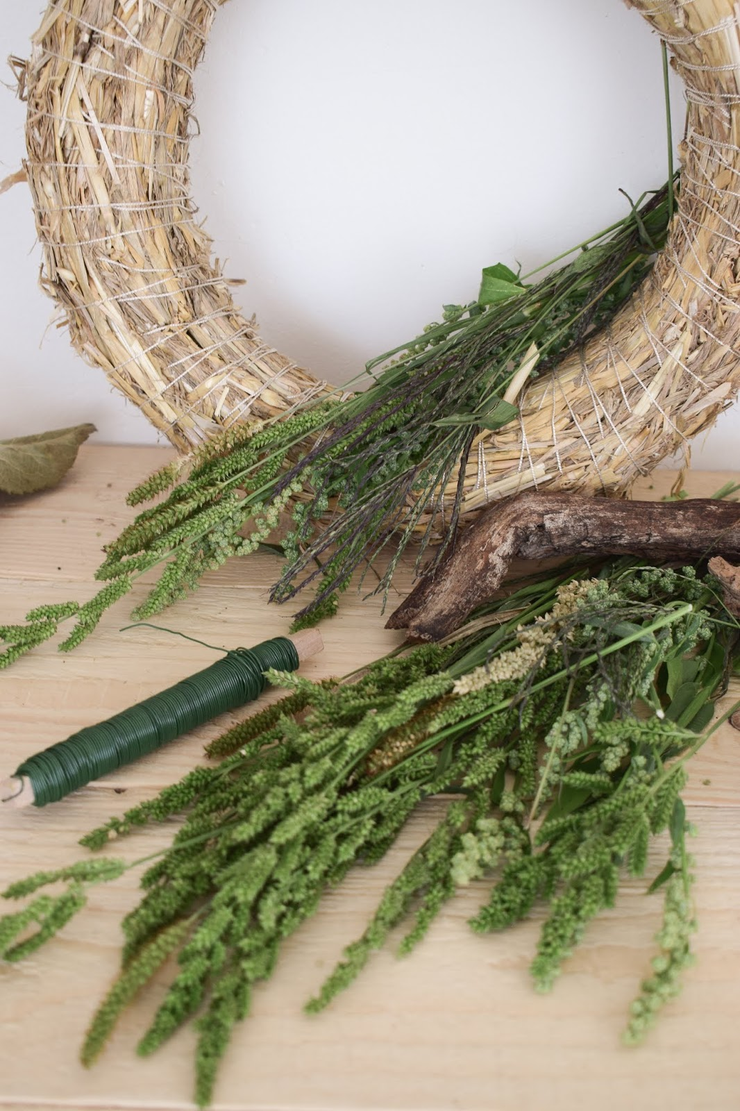 Herbstkränze basteln eine Anleitung zum selber machen. Herbstdeko mit Natur Herbst Dekoration Kranz binden Spätsommer Deko Dekoidee mit Gräser und Ähren