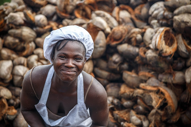 ghana coconut oil lady work ガーナ  女性 仕事 ココナッツオイル