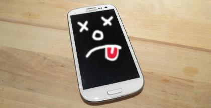 Samsung reconoció públicamente el problema de seguridad que afecta al procesador Exynos presente en la mayoría de sus smartphones y ya comenzado a liberar el parche oficial solo para el Galaxy S3, no lo hizo con la muerte súbdita que ya ha terminado repentinamente con la vida útil de miles de unidades del exitoso Galaxy S3. Ante esta negativa de Samsung, una vez mas la comunidad de desarrolladores ha estado trabajando a full y parece que hay buenas noticias para aquellos usuarios que tienen miedo de que su caro smartphone deje de funcionar de la noche a la mañana. Veamos