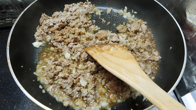 肉の色が変わったら【調味料】を加え、汁気がなくなるまで炒めます。