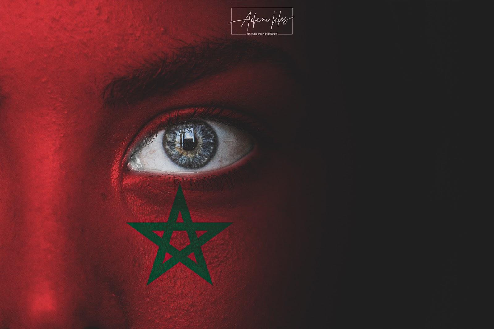 علم المغرب على وجه طفل