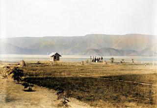 sekelompok pria di tepi pantai danau toba pangururan