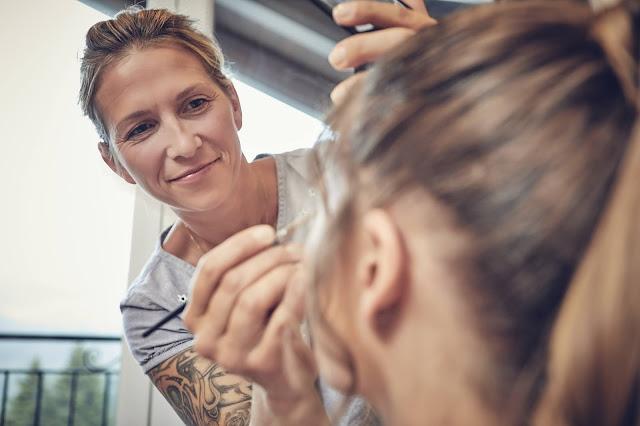 Getting Ready, Susanne Hermann, Lifestyle Hochzeit in den Bergen, Zillertal, Tirol, Alpenwelt-Resort, Navy Blue, Blush, Gold, Hochzeitsplanung 4 wedding & events Uschi Glas, Hochzeitsfotografie Marc Gilsdorf Alpenwedding