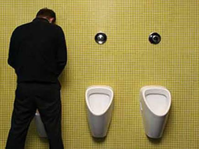 पुरुषों को खड़े होकर पेशाब करना चाहिए या बैठकर जाने क्या है एक्सपर्ट्स की राय ?