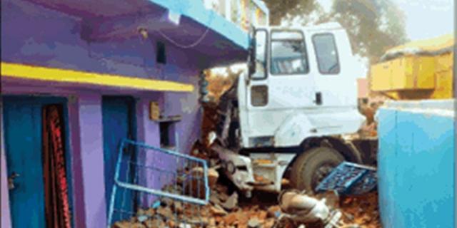 बाउंड्री तोड़ते हुए घर में घुसा ट्राला, एक की मौत, स्व सहायता समूह की कार्यकर्ता लहुलुहान | JABALPUR NEWS