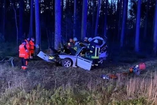 Ugunsdzēsēji glābēji izgriež cietušos no avarējušā auto
