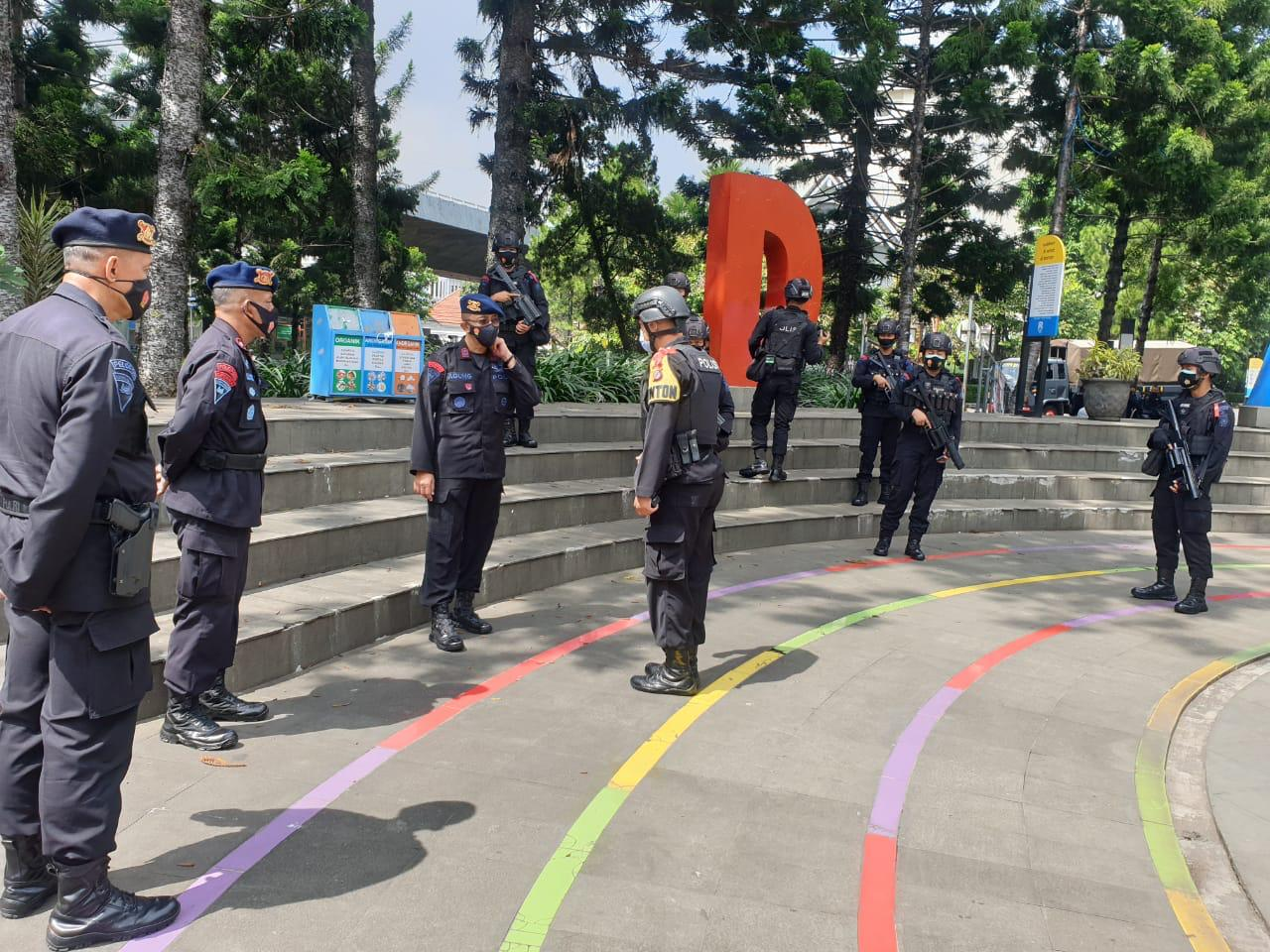 Jelang Tahun Baru, Wadansat Brimob Polda Jabar Cek Pos Pam Di Kota Bandung