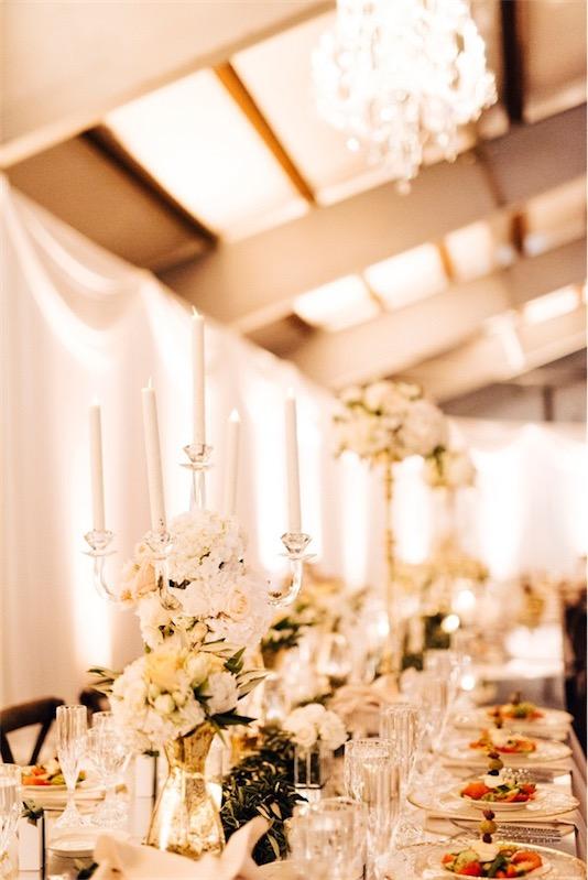 candelabros de plata decorados con flores boda inspiracion griega chicanddeco