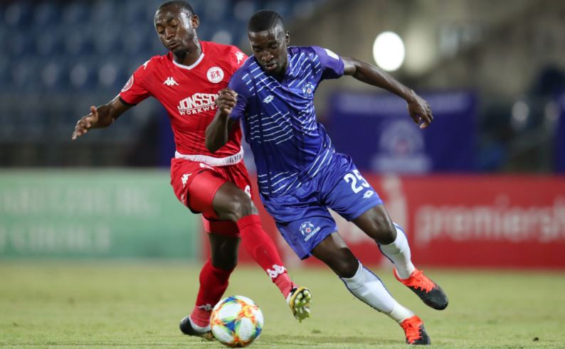Siyanda Xulu duels with Peter Shalulile in the PSL