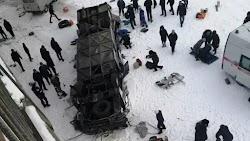 Δεκαεννέα άνθρωποι σκοτώθηκαν όταν το λεωφορείο στο οποίο επέβαιναν εξετράπη από την πορεία του πάνω σε μια γέφυρα στη ρωσική άπω ανατολή κα...