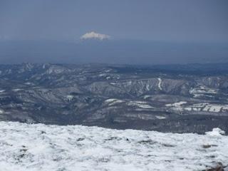 山頂から岩木山が見える