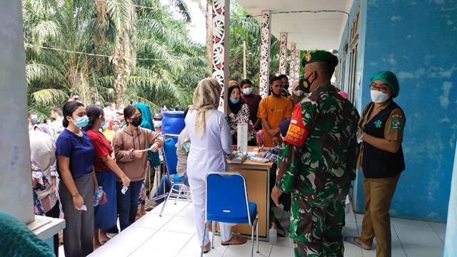 Vaksinasi Dosis Pertama Didampingi Personel Jajaran Kodim 0207/Simalungun Diwilayah Binaan