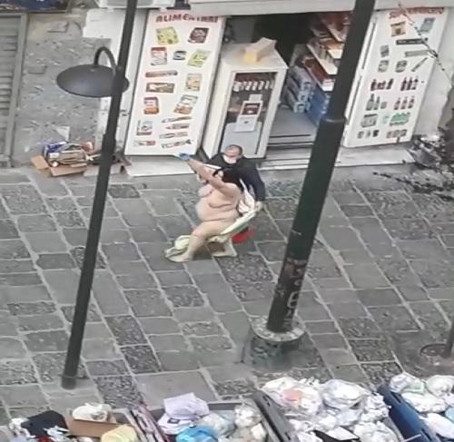 Pasojë e Izolimit? Video e gruas që vrapon Lakuriq në rrugë e hutuar