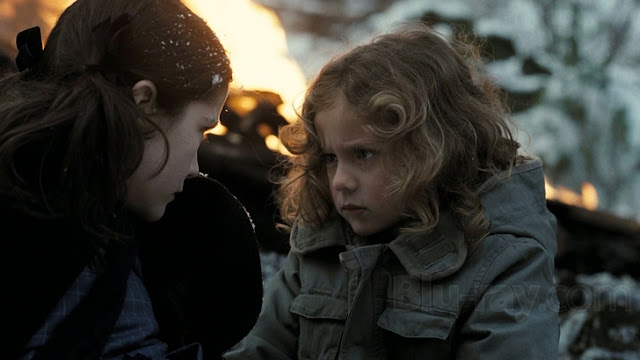 Fotograma de la película La huérfana con la actriz sorda Aryana Engineer