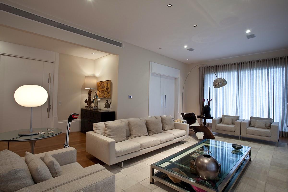 c9c1160b0 A luminária de chão arco e a chaise longue criaram um espaço para leitura  na sala de estar.