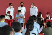 Tinjau Vaksinasi Gotong Royong untuk Pekerja, Jokowi: Semoga Produksi Kembali Normal