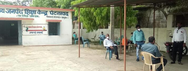 बीआरसी कार्यालय में पदस्थ लेखापाल कोरोना पॉजिटीव..... नगर में मचा हड़कम्प... पेटलावद। जिले में कोरोना तेजी से पेर पसार रहा है तथा नगर में उस समय हड़कम्प मंच गया तब नागरिकों को पता चला की स्थानीय बीआरसी ऑफिस में पदस्थ एक लेखापाल को कोरोना संक्रमण हो गया। शासकीय सेवक झाबुआ निवासी है जो रोजाना अपडाउन कर पेटलावद बीआरसी कार्यालय में आते है, जांच के बाद लेखापाल की रिपोर्ट पॉजिटीव आने पर उनके सम्पर्क में आने वाले 59 लोगो की लिस्ट प्रशासन ने तैयार कर ली है और सभी को होमक्वारेंटीन किया गया है। बताया जा रहा है कि बीआरसी कार्यालय से शिक्षकों को पुस्तके छात्रों को वितरित करने के लिए दी गई थी, इस दौरान शिक्षक लोगो ने छात्रों के घर पहुंच पुस्तकों का वितरण किया, जिसके चलते संक्रमण फैलने का अंदेशा बन गया है। उक्त मामले के बाद स्थानीय प्रशासन सक्रिय हो गया है और लोगो को सावधानी बरतने के लिए जागरूक किया जा रहा है। बीएमओं डॉ. एमएल चौपड़ा ने जानकारी देते हुए बताया कि लेखापाल के सम्पर्क में आयें लगभग 59 लोगो को होमक्वारेंटीन किया गया है तथा सभी के सेंपल लेकर जांच के लिए भेजे जा रहे है।  नहीं मान रहे लोग..... तेजी से फेल रहे इस संक्रमण के बाद लोग जागरूक नहीं हो रहे है, लोग बिना किसी भय के मुंह पर मास्क पहने बिना हीं नगर में घुमते दिखाई दे रहे है। लेखापाल पॉजिटीव आने के बाद नगर में हडकम्प जरूर मच गया है लेकिन ग्रामीण अंचल से आने वाले लोग अभी भी शोसल डिस्टेसिंग के नियमों की धज्जिया उड़ाते देखे जा सकते है।    ............
