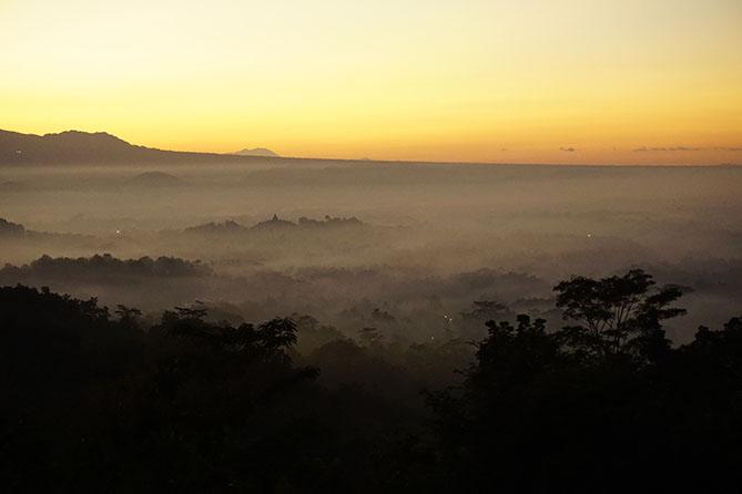 Puncak Candi Borobudur terlihat kecil