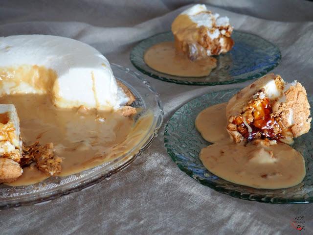 Pastel de espumas, a base de merengue cocido con caramelo y una crema de turrón de Jijona para acompañar