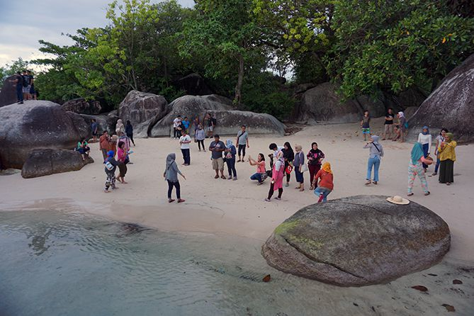 Pantai Tanjung Tinggi atau dikenal dengan nama Pantai Laskar Pelangi