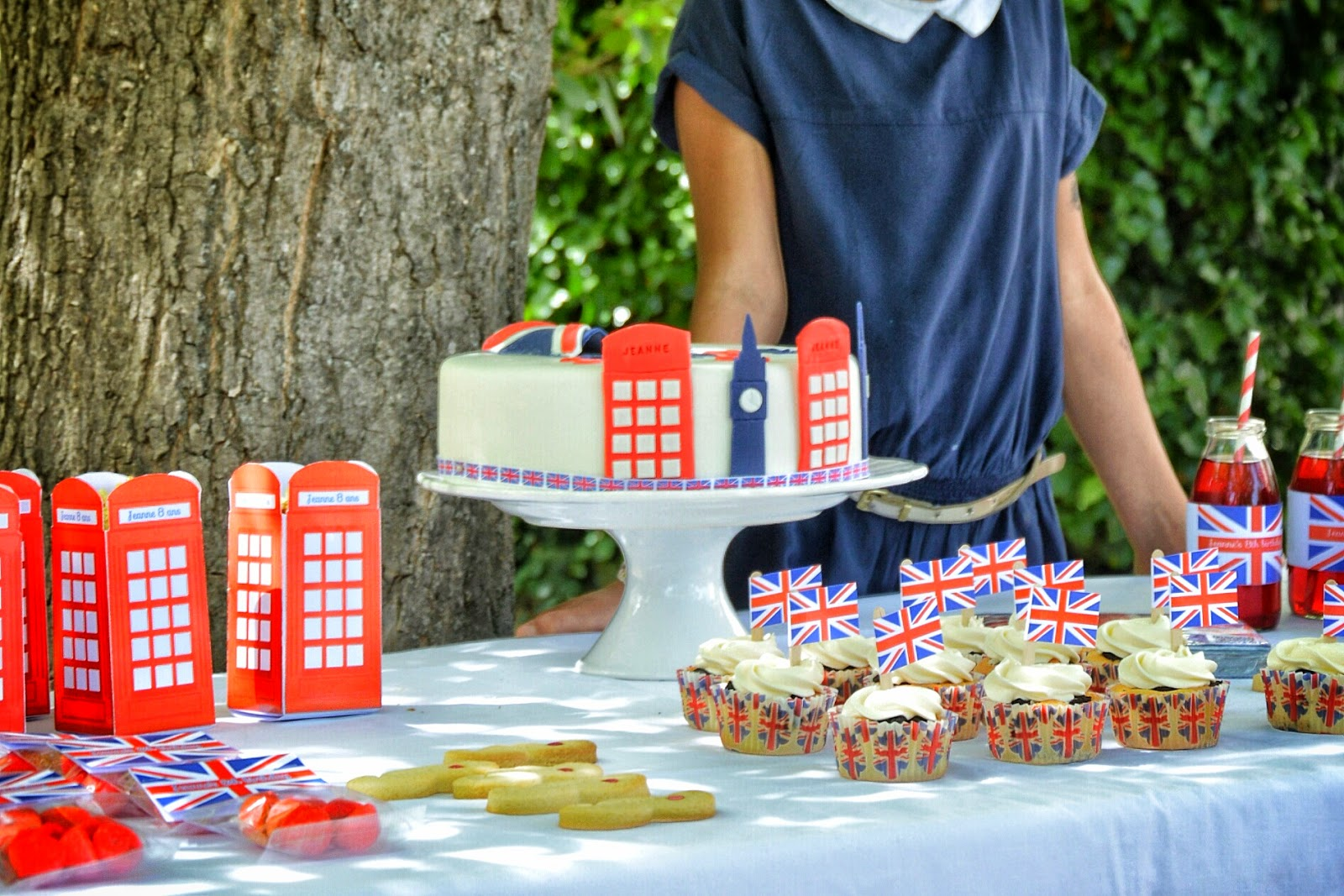 table gourmande avec gateau 1 etage decore theme londres