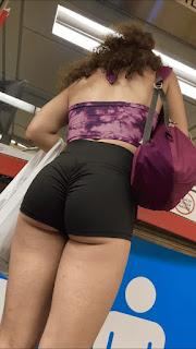 Guapa mujer sexis piernas diminutos shorts