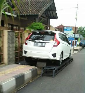 Ngakalin Parkir Mobil Di Pinggir Jalan.. Bisa Aja Nih..
