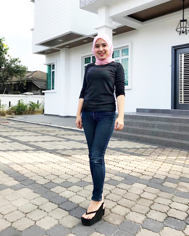 Celana Jeans dan Hijab cewek manis Jilbab pink dna manis