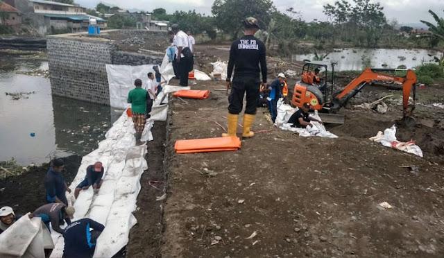 Perbaikan darurat bronjong di dekat Dam Gambiran