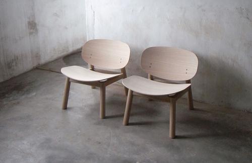 Zwei in Beige gestrichene Stühle stehen nebeneinander