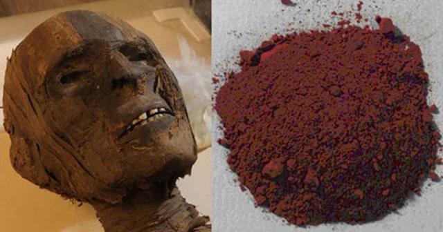 cat berbahan dasar dari serbuk mumi, yang dimana cat ini dikenal dengan momie atau mommia. pembuatan pabrik pencipta cat ini, menggiling mumi dan menjadikan serbuk sebagai bahan dasar cat.