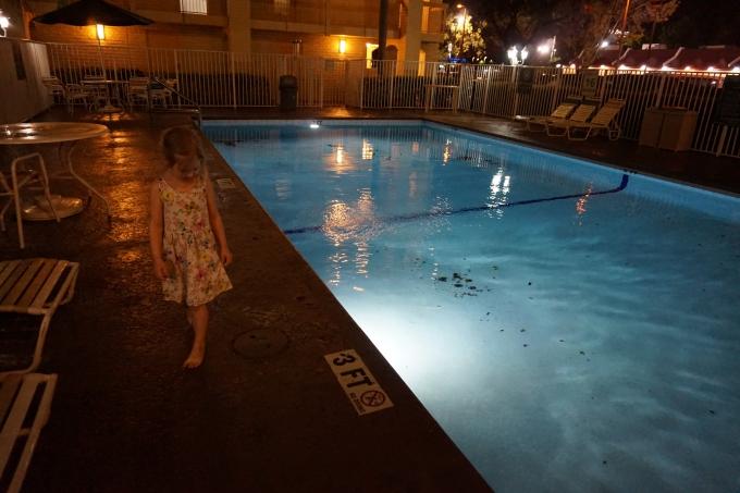 uima-allas lentokenttähotellissa / Lasten aikaerorasitus