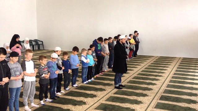 Ibu Non-Muslim Ini Masukkan Anaknya Ke Dalam Masjid, Alasannya Sungguh Mengharukan