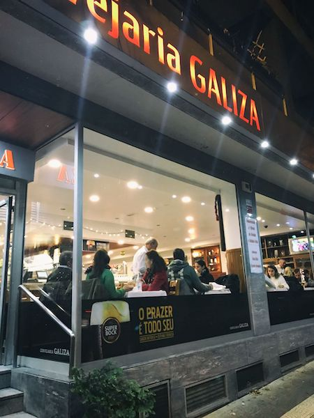 """Cervejaria Galiza""という店。ロケーションからして地元感漂う店"