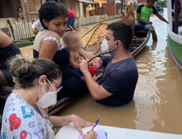 65-tarauaca-medico-atende-bebe-dentro-de-agua-12-10-achei-sudoeste
