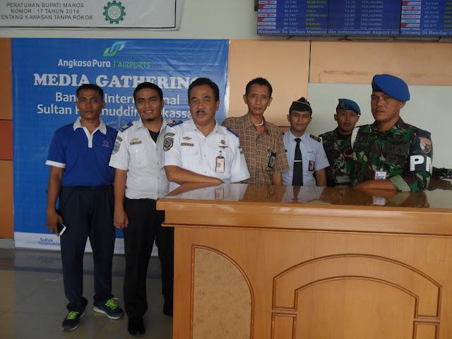 petugas bandara lainnya dari TNI AU di Bandara Internasional Sultan Hasanuddin