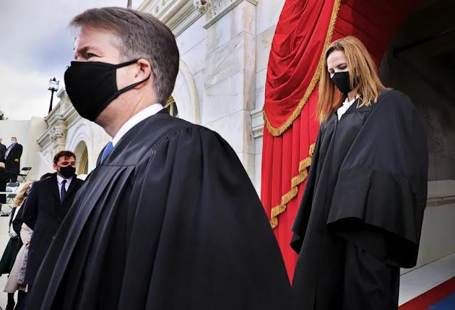 I giudici della Corte Suprema Brett Kavanaugh e Amy Coney Barrett arrivano all'inaugurazione del presidente Joe Biden il 20 gennaio 2021.