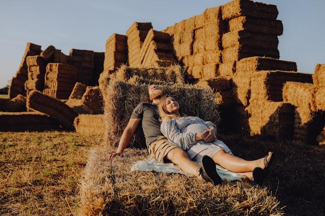 Sesja ciążowa na polu. Guzik Fotografuje.