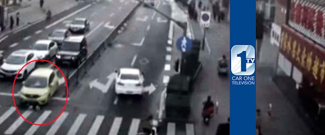 Peatones levantan auto para salvar a niño